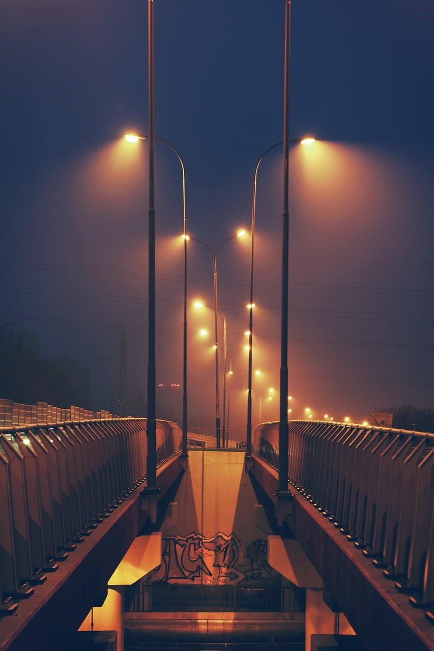 Eclairage public dans la brume.
