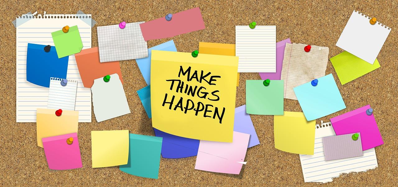"""Panneaux à post-it avec un écrit """"Make things happen"""""""