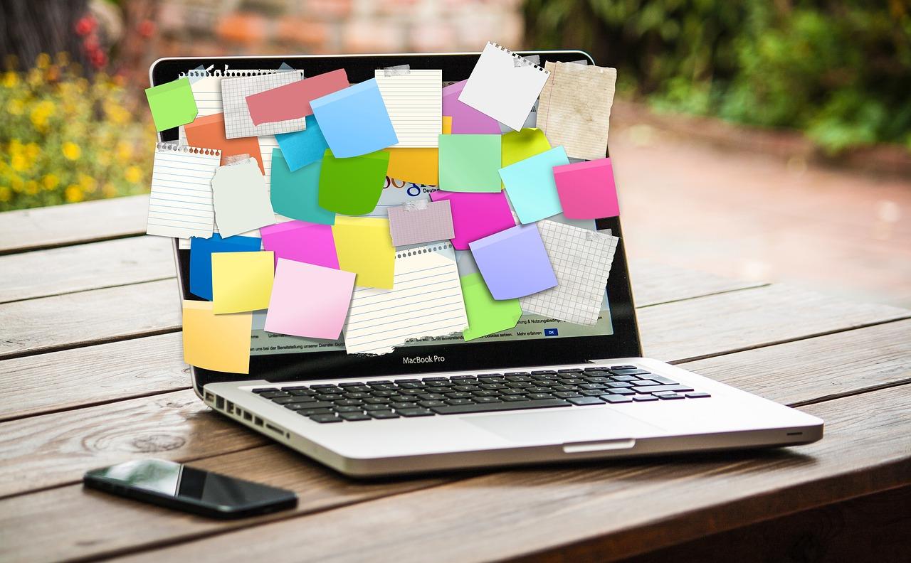 Un ordinateur portable dont l'écran est recouvert de post-it papier