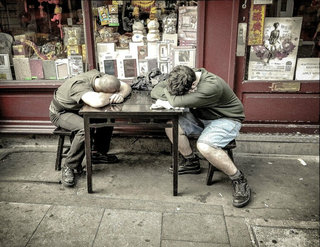Sommeil à table : deux hommes écroulés de fatigue