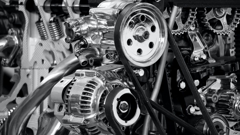 Photo en noir et blanc d'un moteur de voiture.